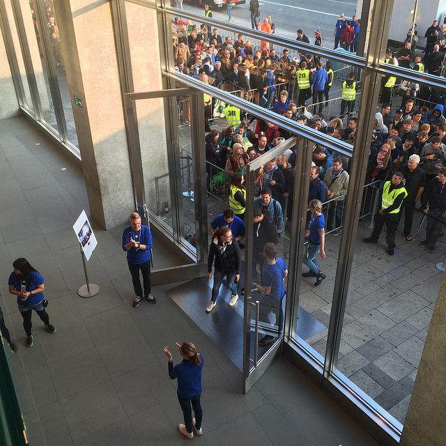 apple-store-crowd