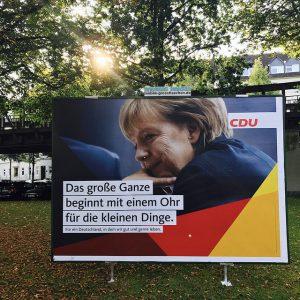 Merkel mit einem Ohr für die kleinen Dinge wird im Osten niedergebrüllt.
