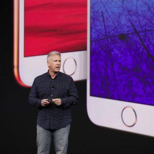 Phil Schiller vor dem iPhone 8